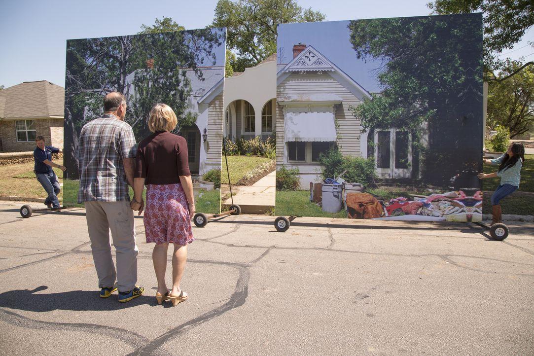 Wie werden Dave (2.v.l.) und Marla (2.v.r.) auf ihr, von Chip (l.) und Joanna (r.) umgebaute Haus reagieren? - Bildquelle: Sarah Wilson 2014, HGTV/ Scripps Networks, LLC.  All Rights Reserved.