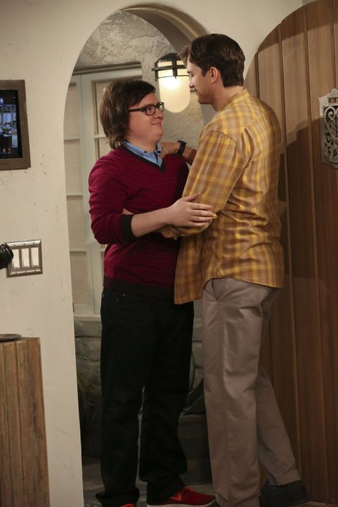 Ein Freund, ein guter Freund: Auch wenn Barry (Clark Duke, l.) manchmal nervig und sonderbar ist, in der schweren Stunde steht er Walden (Ashton Kut... - Bildquelle: Warner Brothers Entertainment Inc.