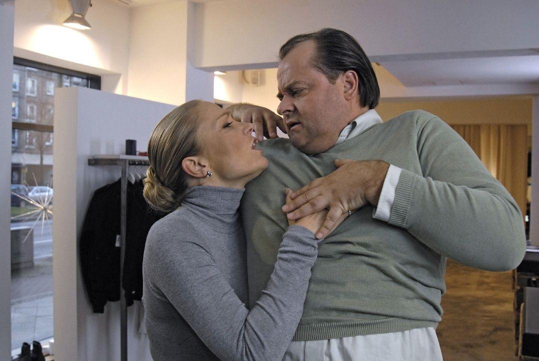 Wenn Janine (l.) einen flauschigen Männer-Pullover aus Kaschmir sieht, muss sie ihn einfach berühren und sich dran kuscheln. Selbst wenn ein wildf... - Bildquelle: sat.1