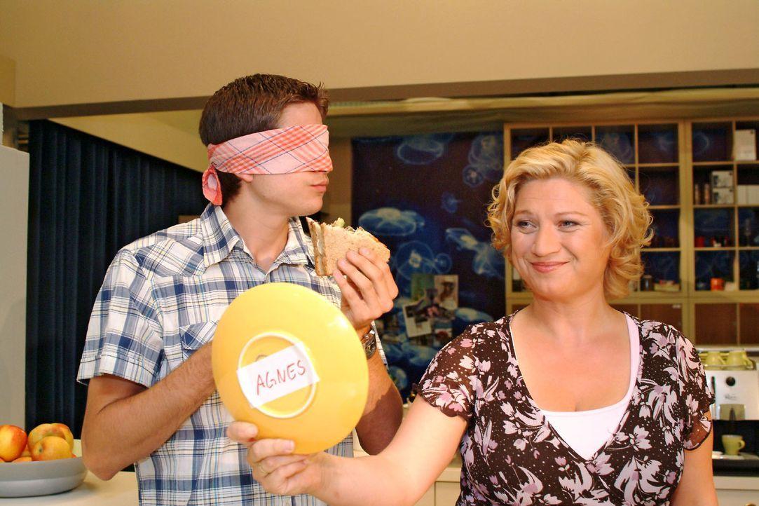 Agnes (Susanne Szell, r.) bangt um ihren Job - und beweist Timo (Matthias Dietrich, l.) und der Belegschaft, dass sie mehr draufhat als der Sandwich... - Bildquelle: Monika Schürle Sat.1