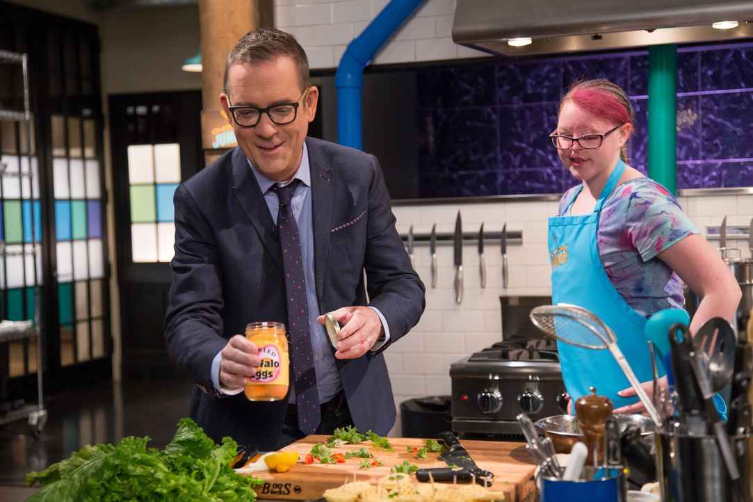 (v.l.n.r.) Ted Allen; Maya Tornerud - Bildquelle: Susan Magnano 2016,Television Food Network, G.P. All Rights Reserved/Susan Magnano