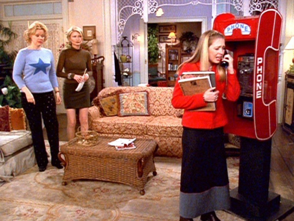 Sabrina (Melissa Joan Hart, r.) wurde von ihren Tanten Hilda (Caroline Rhea, l.) und Zelda (Beth Broderick, M.) nach Hause gezaubert, weil sie nicht... - Bildquelle: Paramount Pictures
