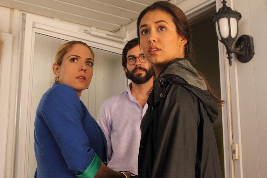 Die Spur der Ermittlungen führt Dr. Malone (Brooke Nevin, l.) und Det. Wisnefski (Luisa D'Oliveira, r.) zum Hausbesitzer Timothy Lawton (Rossif Suth... - Bildquelle: BetaFilm