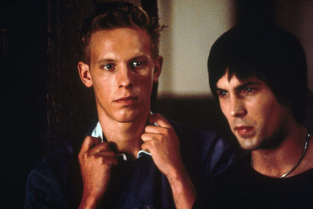 In dem Bunker beginnt ein gnadenloser Kampf ums Überleben für Mike (Desmond Harrington, r.) und Geoff (Laurence Fox, l.) ... - Bildquelle: Tobis StudioCanal