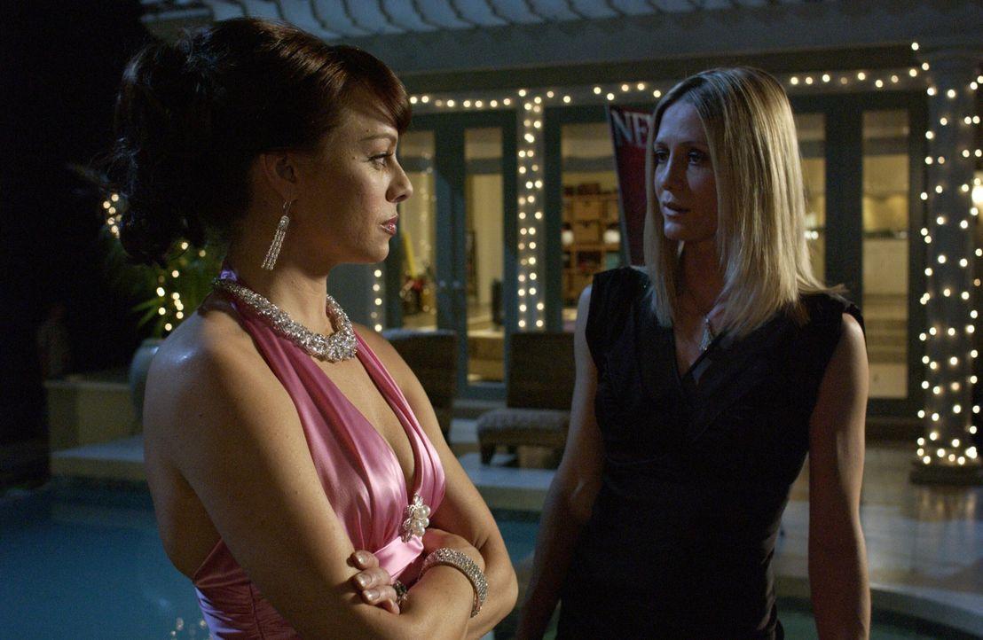 Als Julie (Melinda Clarke, l.) ihren Fehler Kirsten (Kelly Rowan, r.) gegenüber zugibt, entscheiden sie gemeinsam Caleb einzuweihen, um Hilfe zu er... - Bildquelle: Warner Bros. Television