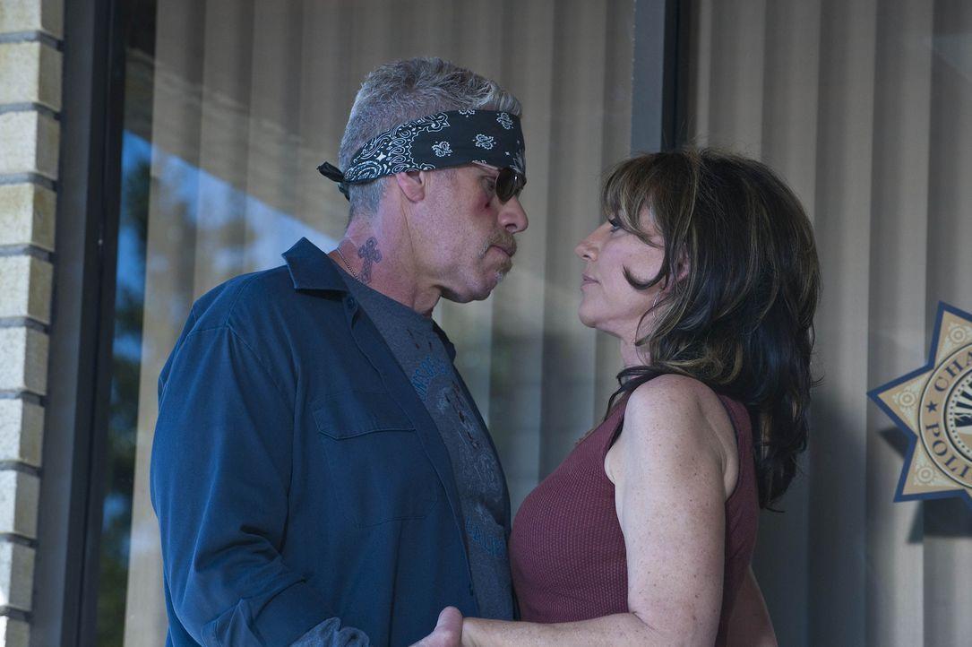 Gemma (Katey Sagal, r.) bittet Clay (Ron Perlman, l.), nicht unüberlegt zu handeln ... - Bildquelle: 2009 Twentieth Century Fox Film Corporation and Bluebush Productions, LLC. All rights reserved.