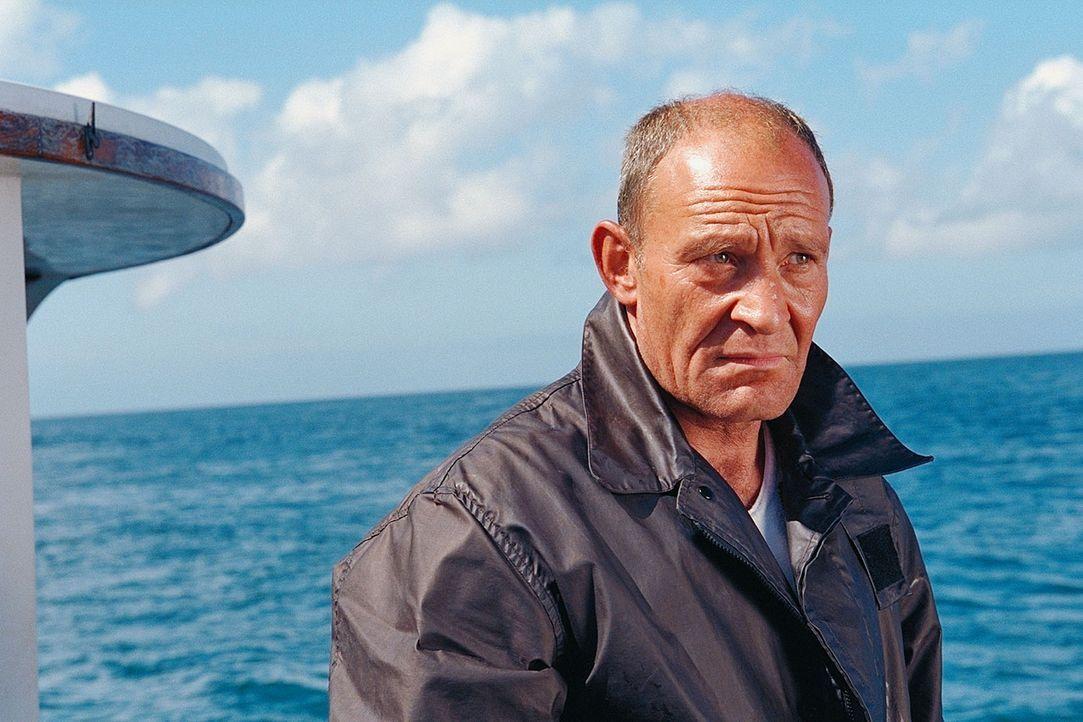 Björn (Michael Mendl) scheint der einzige Inselbewohner zu sein, der Claire freundlich aufnimmt. Immer wieder drängt er darauf, dass sie die Insel... - Bildquelle: ProSieben / Wilkins und Klick