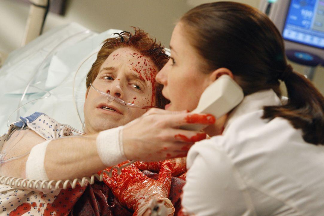Lexie (Chyler Leigh, r.) kann Nicks Blutung zwar notdürftig stoppen. Mit Nicks (Seth Green, l.) Unterstützung kann sie einen Notruf starten und Cris... - Bildquelle: Touchstone Television