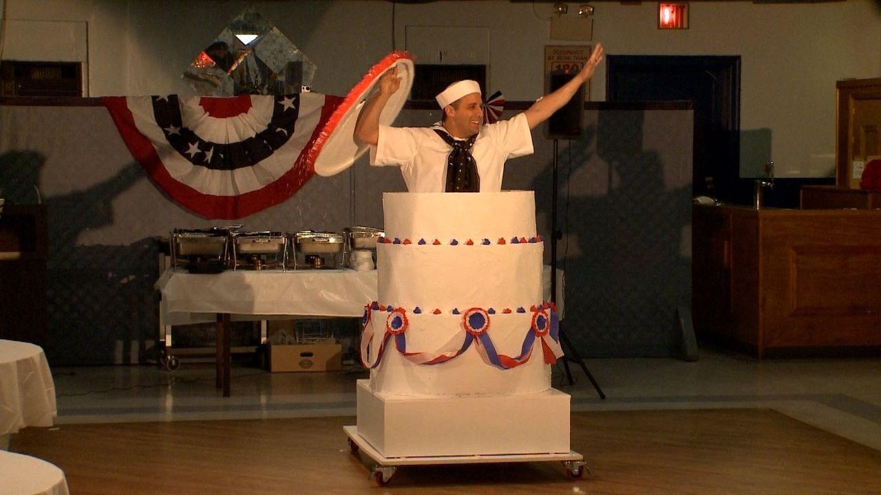 Gib's zu Joe, du wolltest doch schon immer aus einer Torte springen ... - Bildquelle: 2014 Warner Bros.