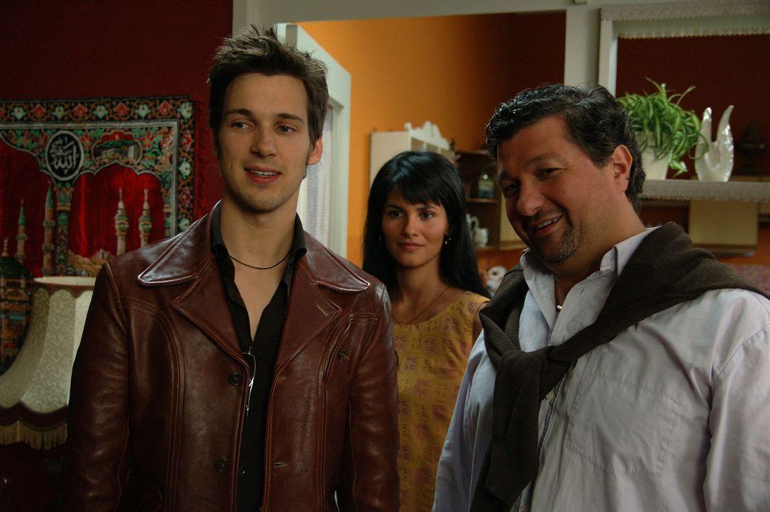 Um Aylin (Mandala Tayde, M.) zu erobern, lässt sich Götz (Florian David Fitz, l.) dummerweise auf einen Deal mit deren Onkel Kemal (Aykut Kayacik,... - Bildquelle: ProSieben