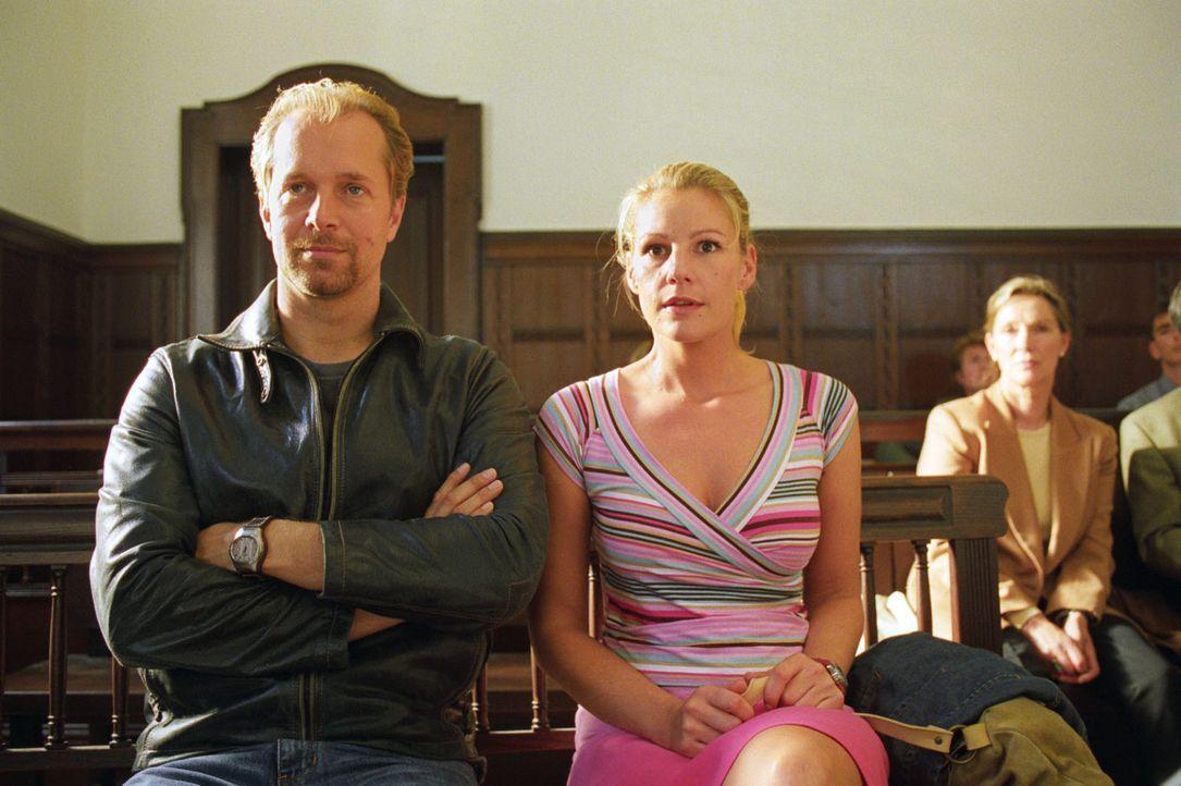Jo (Jochen Horst, l.) und Sophie (Sophie Schütt, r.) beobachten den Verlauf der Gerichtsverhandlung und folgen gespannt dem packenden Plädoyer ihres... - Bildquelle: Noreen Flynn Sat.1