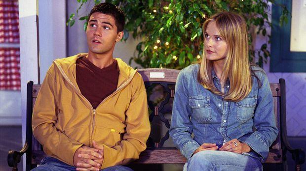Während Lucy auf Roxanne (Rachel Blanchard, r.) eifersüchtig ist, findet es R...