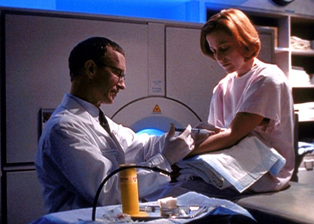 Scully (Gillian Anderson, r.) erfährt, dass ihre Krebserkrankung durch ein außerirdisches Virus verursacht wurde, das ihr vor einigen Jahren injizie... - Bildquelle: TM +   2000 Twentieth Century Fox Film Corporation. All Rights Reserved.