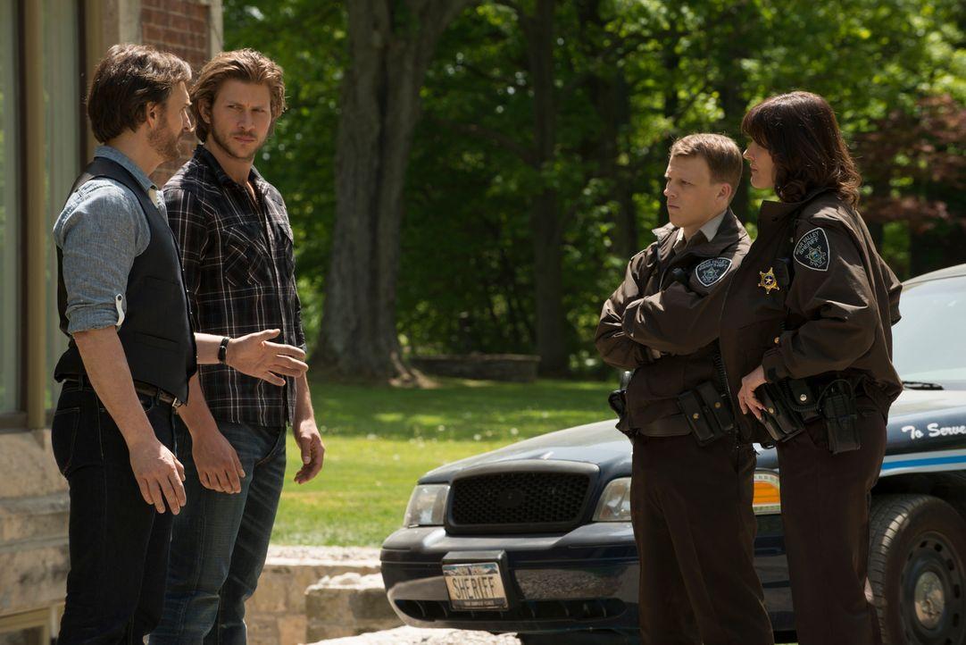 Als das Auto eines Vermissten in der Nähe von Stonehaven entdeckt wird, fokussieren sich Sheriff Morgan (Fiona Highet, r.) und ihr Kollege Deputy O'... - Bildquelle: 2014 She-Wolf Season 1 Productions Inc.