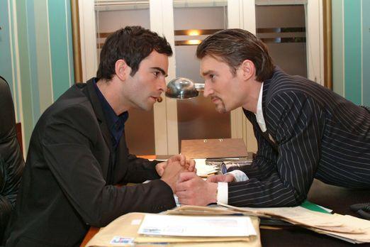 Verliebt in Berlin - David (Mathis Künzler, l.) versucht Richards (Karim Köst...