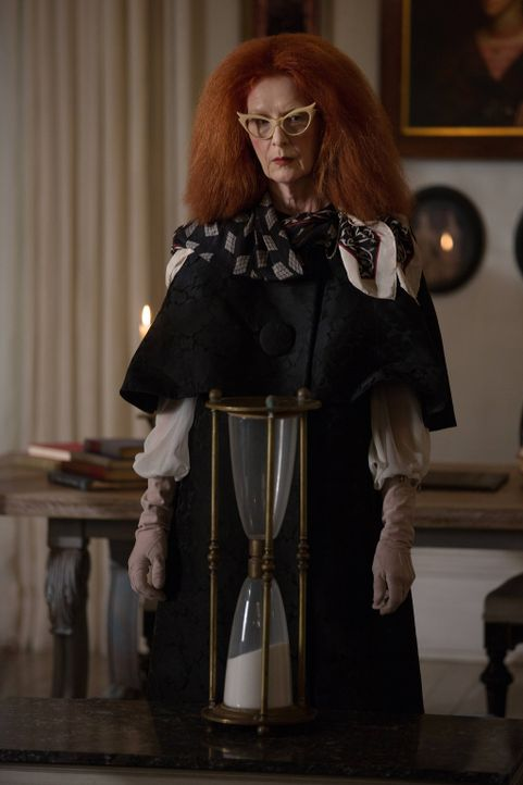 Die Zeit läuft! Myrtle (Frances Conroy) macht den Mädchen unmissverständlich klar, dass sie bis zum Morgengrauen wieder in ihren Körper zurückgekehr... - Bildquelle: 2013-2014 Fox and its related entities. All rights reserved.