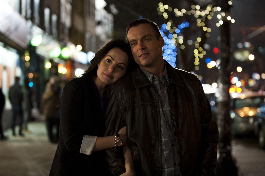 Alex (Erica Durance, l.) erinnert sich an einen romantischen Abend mit Charlie (Michael Shanks, r.) ... - Bildquelle: 2012  Hope Zee One Inc.