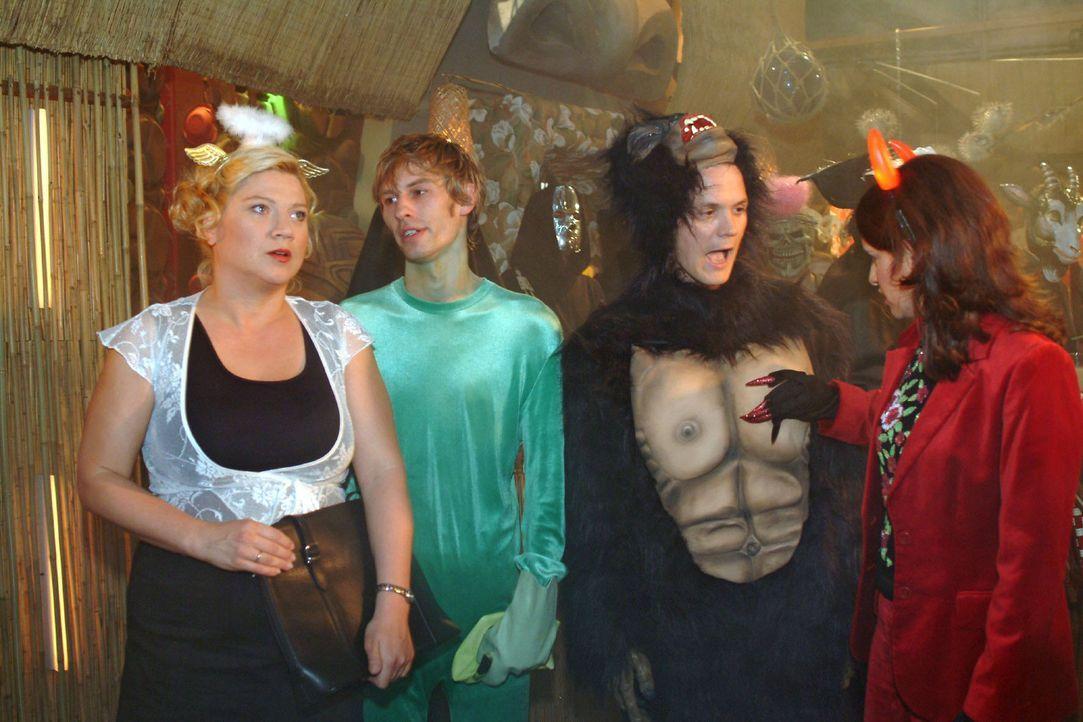 Im Gegensatz zu Inka (Stefanie Höner, r.) ist Agnes (Susanne Szell, l.) gar nicht begeistert, als sich Boris (Matthias Rott, 2.v.l.) und Georg (Mart... - Bildquelle: Monika Schürle Sat.1