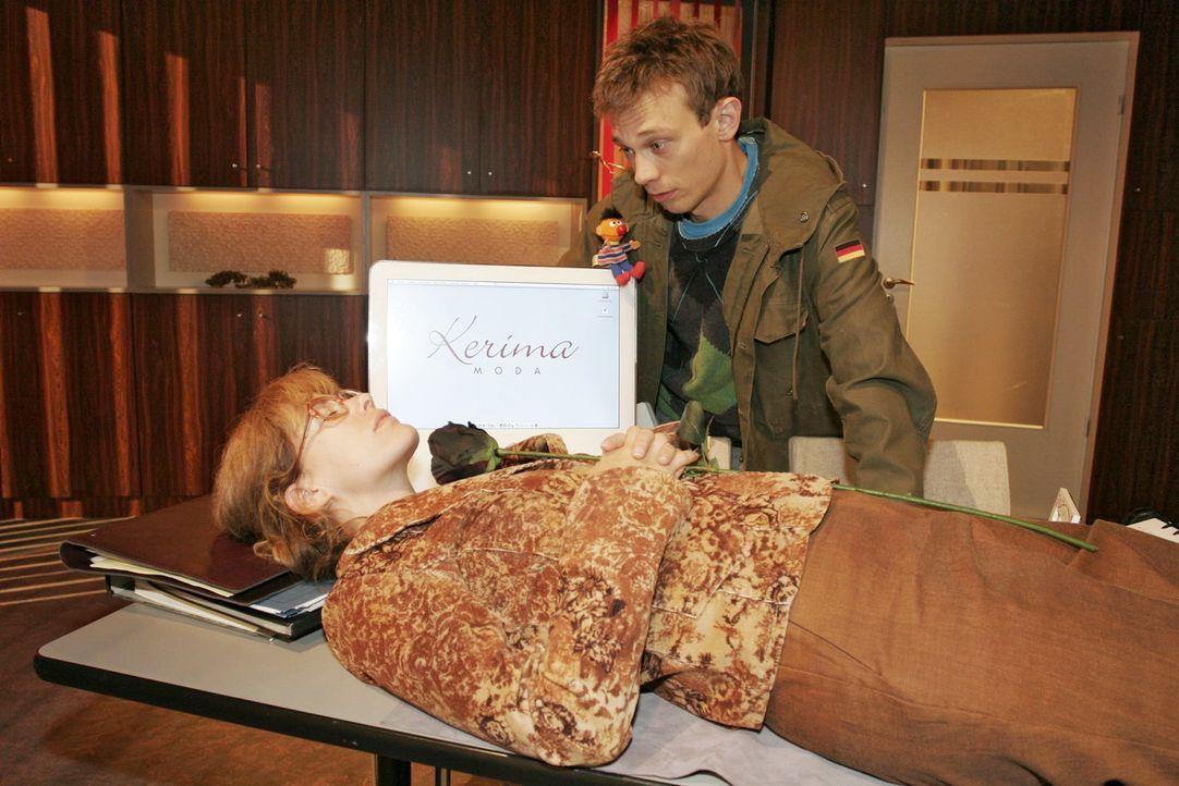 Lisa (Alexandra Neldel, l.) will wissen, wie sich Schneewittchen gefühlt hat - Jürgen (Oliver Bokern, r.) soll sie wachküssen ... (Dieses Foto vo... - Bildquelle: Noreen Flynn Sat.1