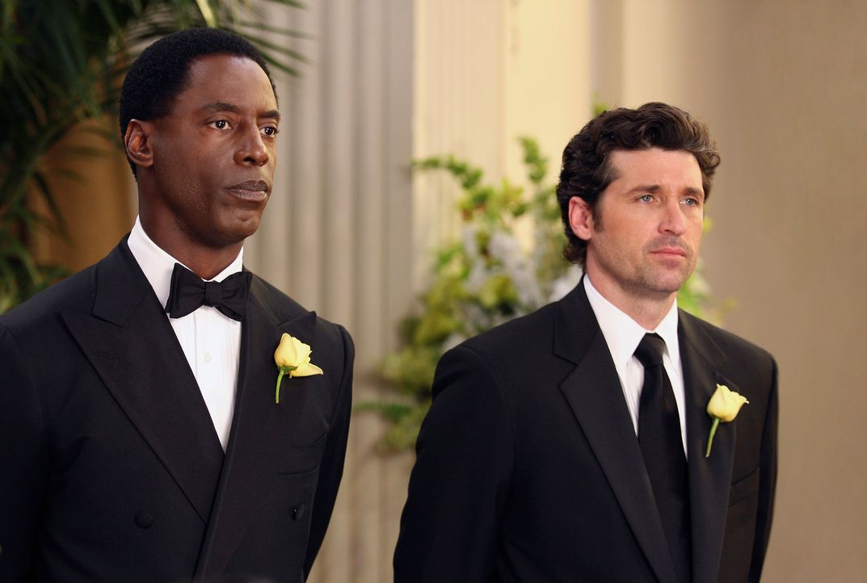 Kurz vor der Zeremonie bricht Cristina in Panik aus und muss sich von Meredith beruhigen lassen, während Burke (Isaiah Washington, l.) mit seinem T... - Bildquelle: Touchstone Television