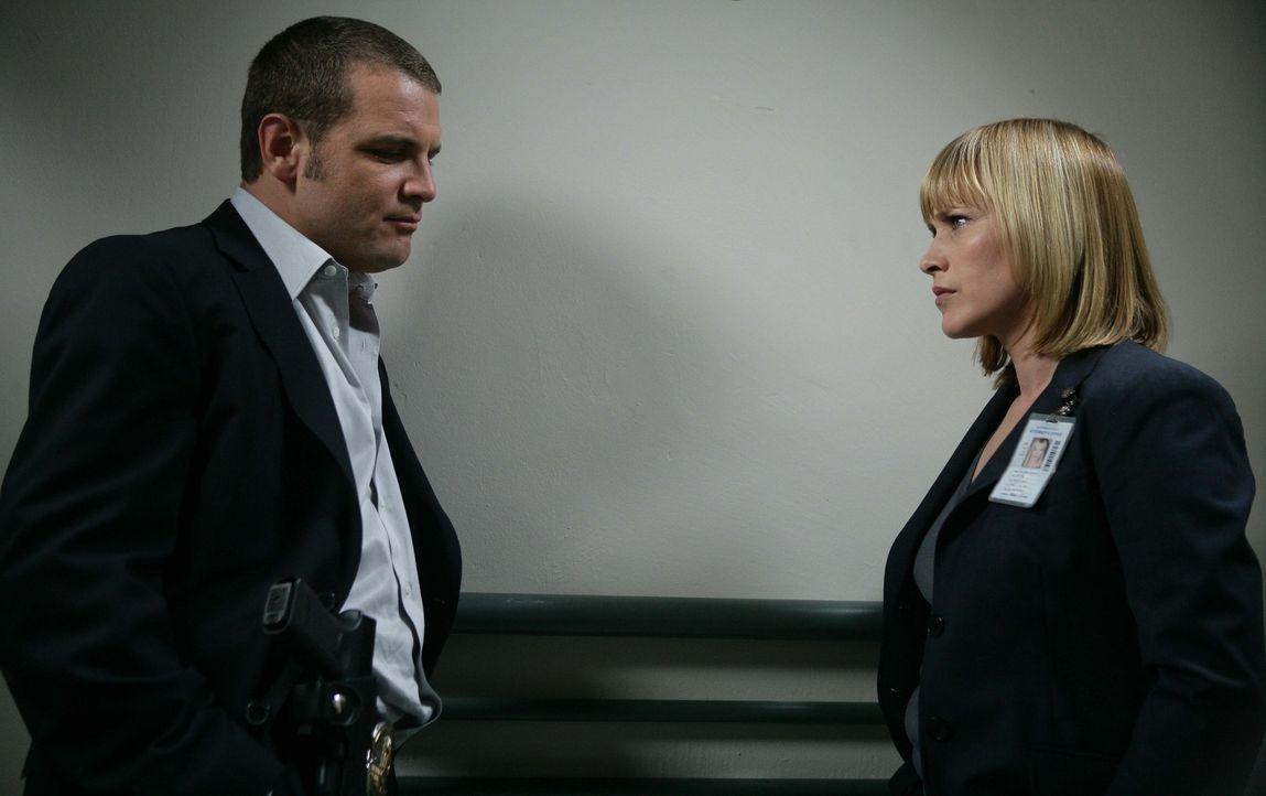 Allison Dubois (Patricia Arquette, r.) erzählt Detective Lee Scanlon (David Cubitt, l.), dass sie ihn in einem Traum mit einer exotischen Frau geseh... - Bildquelle: Paramount Network Television