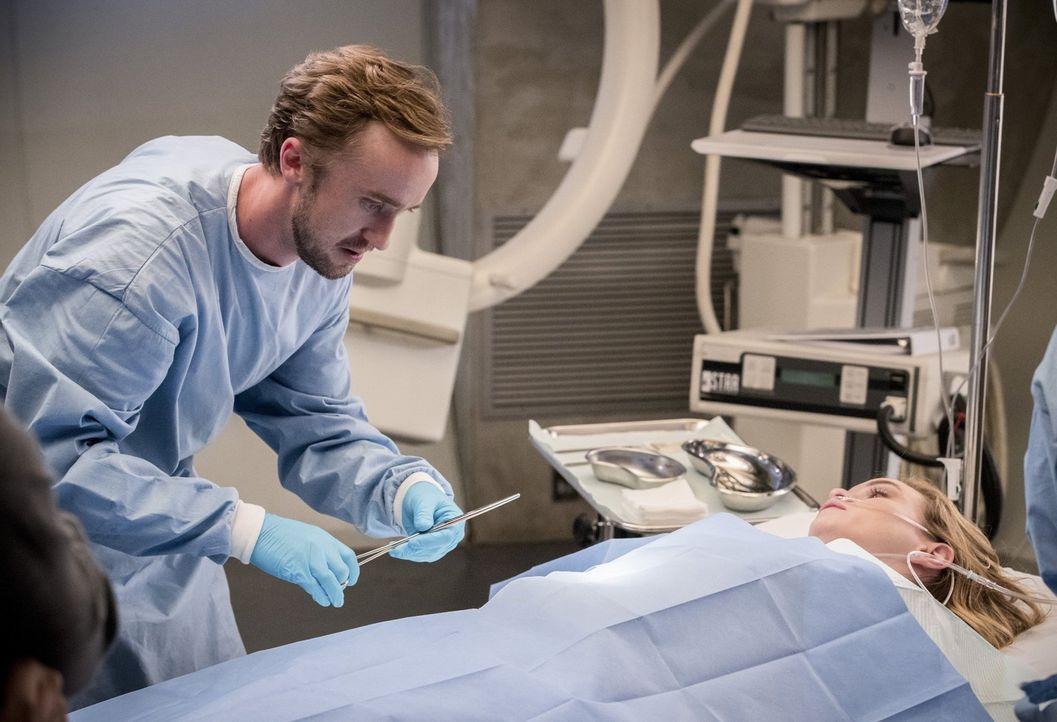 Als Caitlin (Danielle Panabaker, r.) in einem Kampf verletzt wird, eilt Julian (Tom Felton, l.) ihr sofort zu Hilfe, aber kann er sie noch retten? - Bildquelle: 2016 Warner Bros.