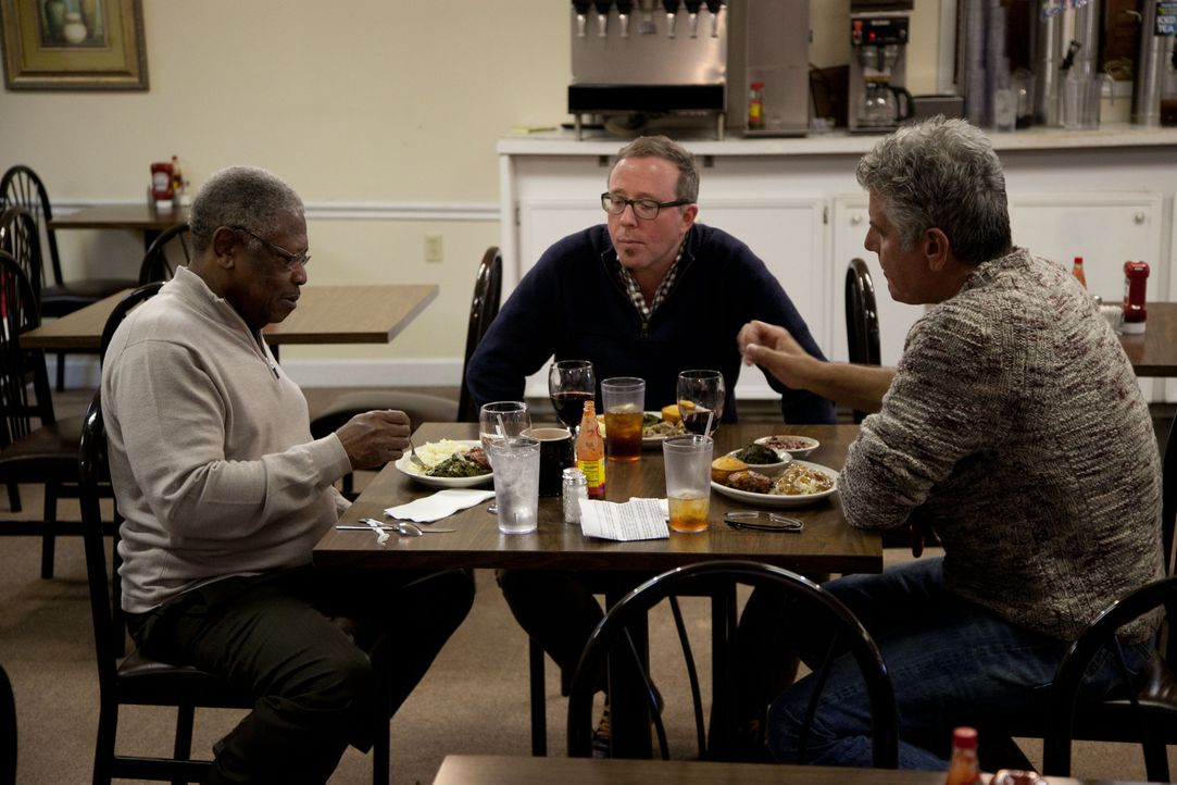 In Cleveland trifft sich Anthony Bourdain (r.) mit Senator und Restaurantbesitzer Willie Simmons und John T. Edge (M.), dem Direktor der Southern Fo... - Bildquelle: 2014 Cable News Network, Inc. A TimeWarner Company All rights reserved
