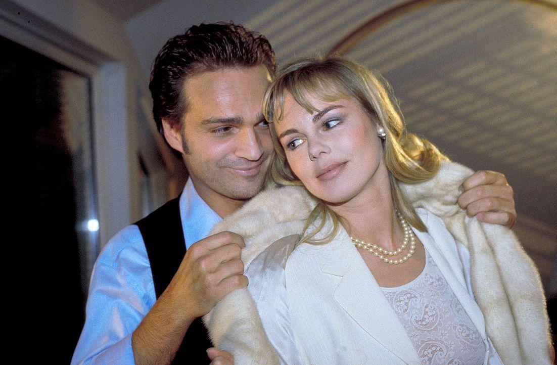 Obwohl ihre ganze Liebe Jerry gehört, beschließt Helena (Saskia Valencia, r.), Ralph (Mathias Herrmann, l.) zu heiraten. Doch kurz vor dem Hochzeits... - Bildquelle: Krause-Burberg ProSieben