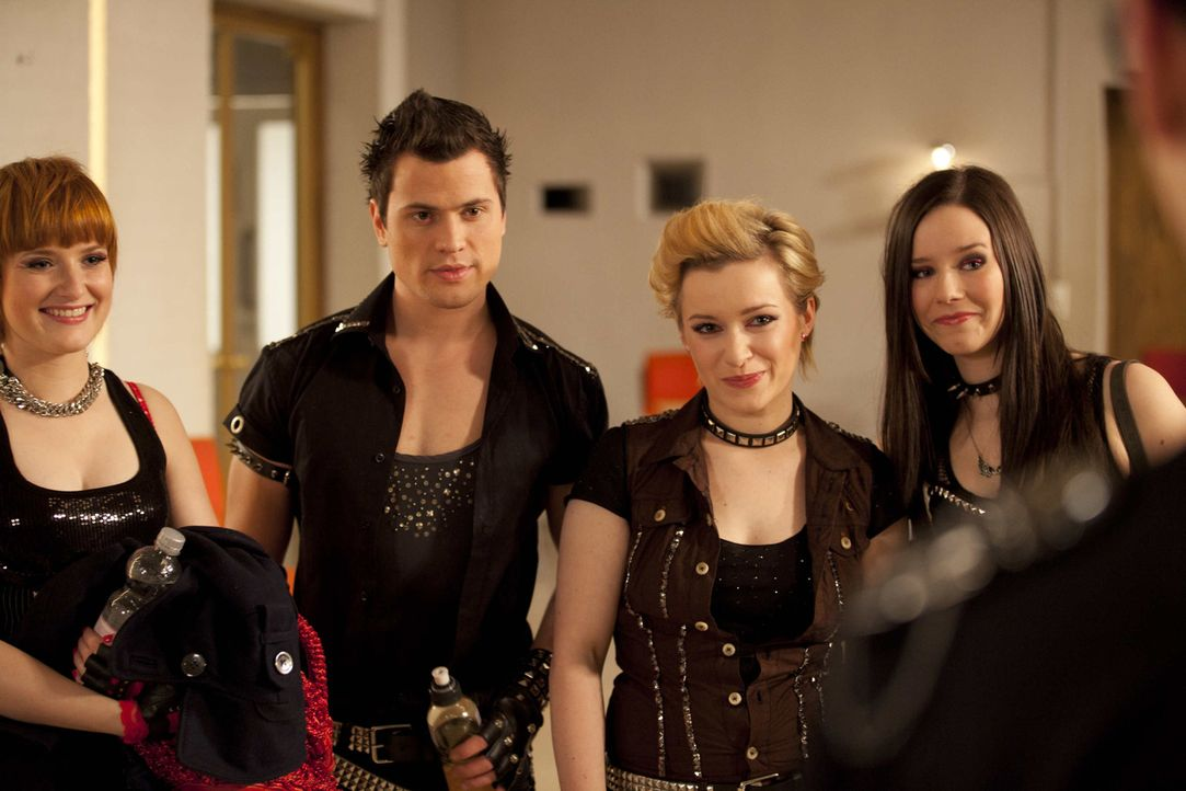 Die Generalprobe: Emma (Kasia Borek, 2.v.r.) Luzi (Selina Müller, r.), Timo (Rocco Stark, 2.v.l.) und Sophie (Franciska Friede, l.) ... - Bildquelle: SAT.1