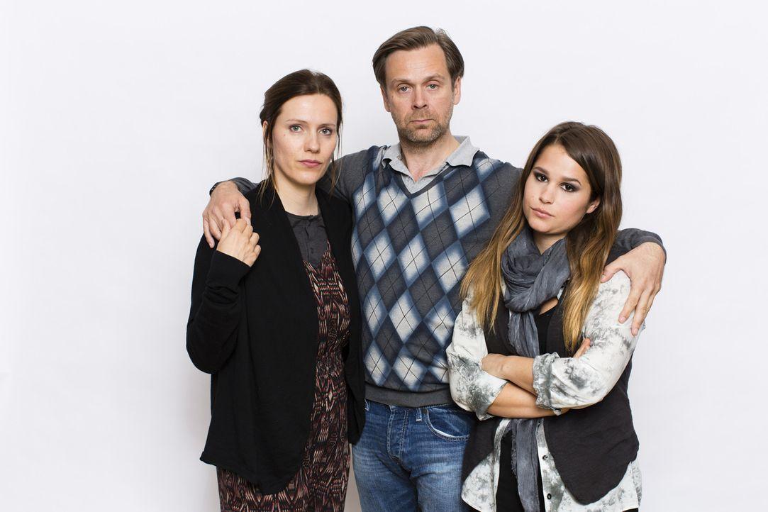 Patchwork-Familie: Pastewkas alleinerziehender Halbbruder Hagen (Matthias Matschke, M.) mit seiner Tochter Kim (Cristina do Rego, r.) und seiner Leb... - Bildquelle: Frank Dicks SAT.1