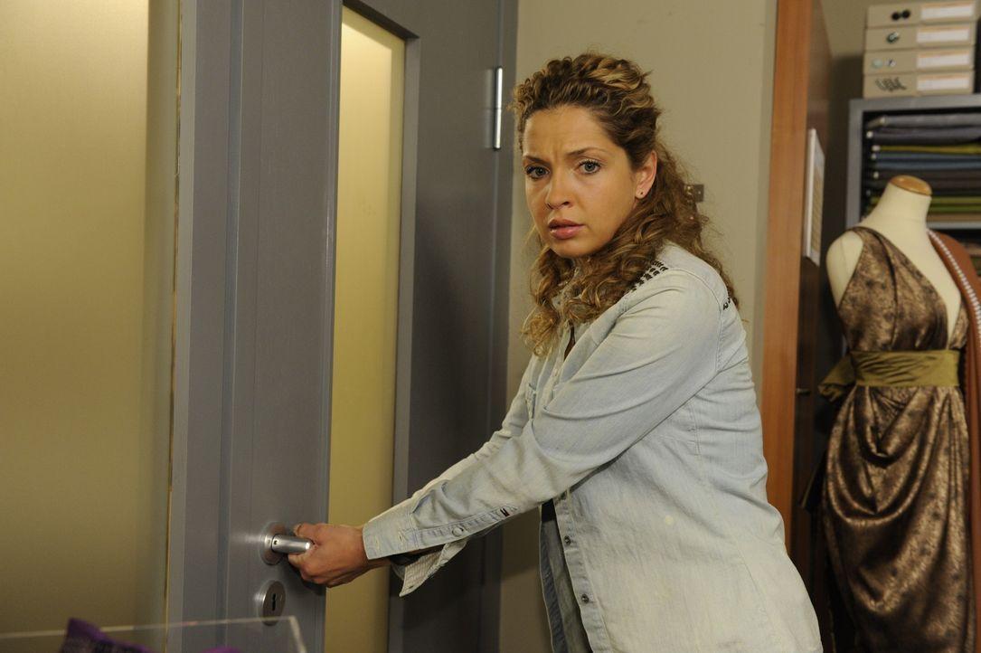 Nina (Maria Wedig) fühlt sich sichtlich unwohl in ihrer Haut, weil sie für Carla während der Arbeitszeit bei Lanford zeichnen soll. Als Carla Nin... - Bildquelle: SAT.1