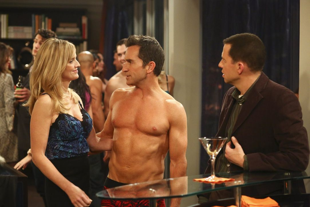 Lyndsey (Courtney Thorne-Smith, l.) scheint sich auf der Privatparty richtig wohl zu fühlen, während der Abend für Alan (Jon Cryer, r.) eine überras... - Bildquelle: Warner Brothers Entertainment Inc.