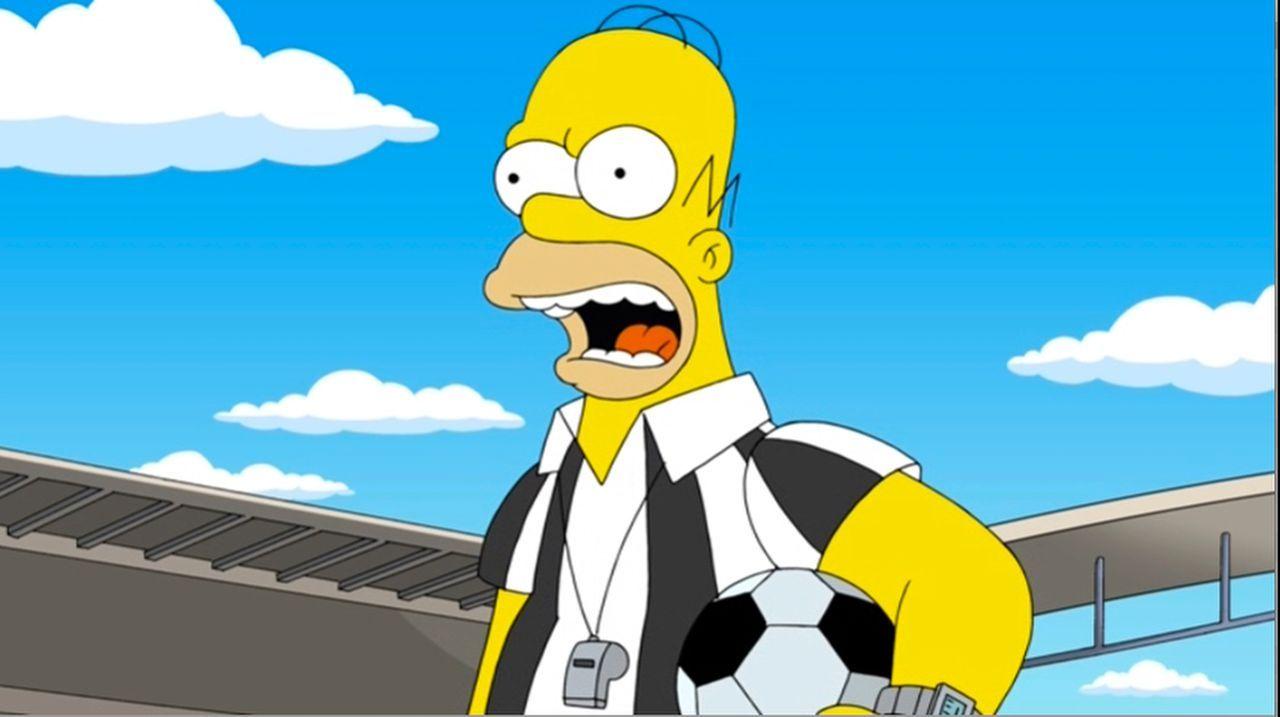 Homer, der Held: Nachdem Lisa einen Vortrag über ihren Vater gehalten und online gestellt hat, wird der Weltfußballverband auf ihn aufmerksam und en... - Bildquelle: 2013 Twentieth Century Fox Film Corporation. All rights reserved.