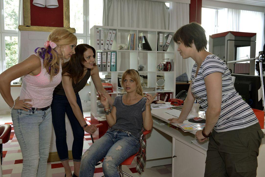 Sind von dem neuen Fotografen angetan: (v.l.n.r.) Nadine (Sarah Schindler), Toni (Isabella Vinet), Mila (Susan Sideropoulos) und Kathi (Nika Weckler... - Bildquelle: Oliver Ziebe SAT.1