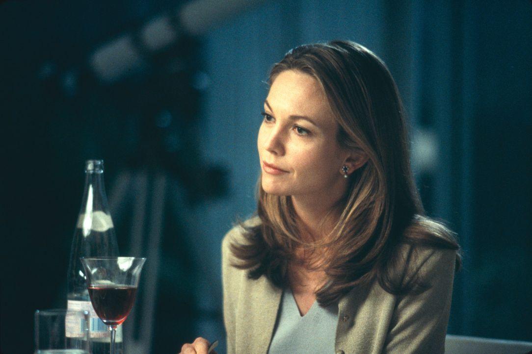 Mit übergroßer Fürsorge nimmt sich Erin (Diane Lane) ihrer Pflegekinder an. Doch schon bald treten erste Risse in der Fassade der heilen Welt zut... - Bildquelle: 2003 Sony Pictures Television International. All Rights Reserved.