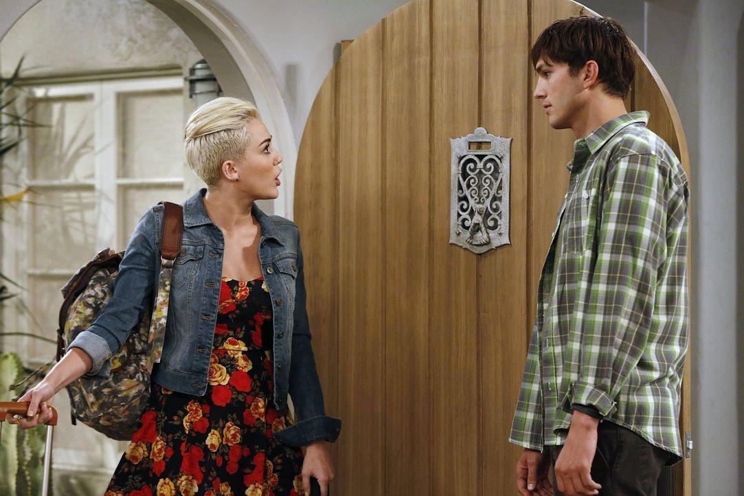 Walden (Ashton Kutcher, r.) verspricht einem alten Freund, dessen Tochter Missi (Miley Cyrus, l.) während ihres Aufenthalts in der Stadt bei sich zu... - Bildquelle: Warner Brothers Entertainment Inc.