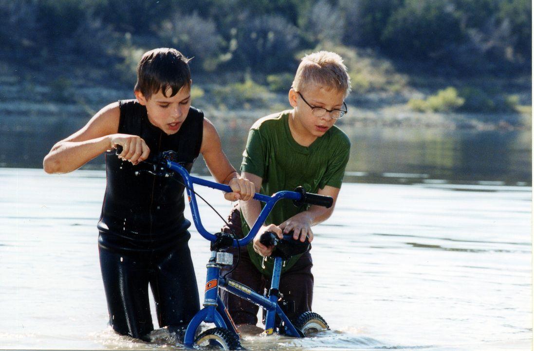 Toby (Jonathan Lipnicki, r.) und Cal (Cody Linley, l.) sind seit Jahren gut befreundet. Eines Tages kommt der dickste Junge der Welt in ihre Kleinst... - Bildquelle: Echo Bridge Entertainment LLC