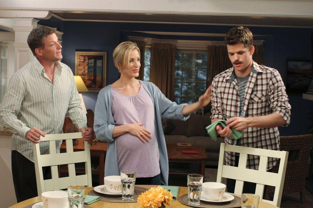 Lynette (Felicity Huffman, M.) und Tom (Doug Savant, l.) müssen machtlos mit ansehen, wie Preston (Max Carver, r.) das College verschiebt und einen... - Bildquelle: ABC Studios