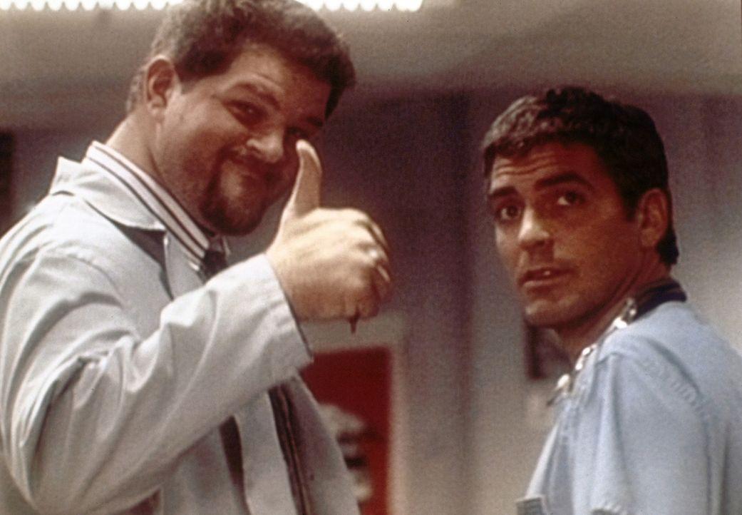 Ross (George Clooney, r.) überlegt immer noch, das großzügige Geschenk seines Vaters anzunehmen. Für Jerry (Abraham Benrubi, l.) wäre die Antwo... - Bildquelle: TM+  WARNER BROS.