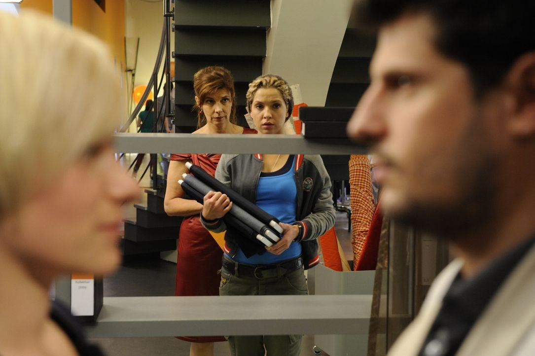 Nina beißt die Zähne zusammen, obwohl sie der Anblick des Kusses zwischen Luca und Olivia schmerzt. (v.l.n.r.) Olivia (Kasia Borek), Steffi (Karin... - Bildquelle: SAT.1