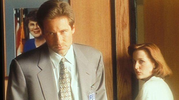 Mulder (David Duchovny, l.) und Scully (Gillian Anderson, r.) verdächtigen ih...