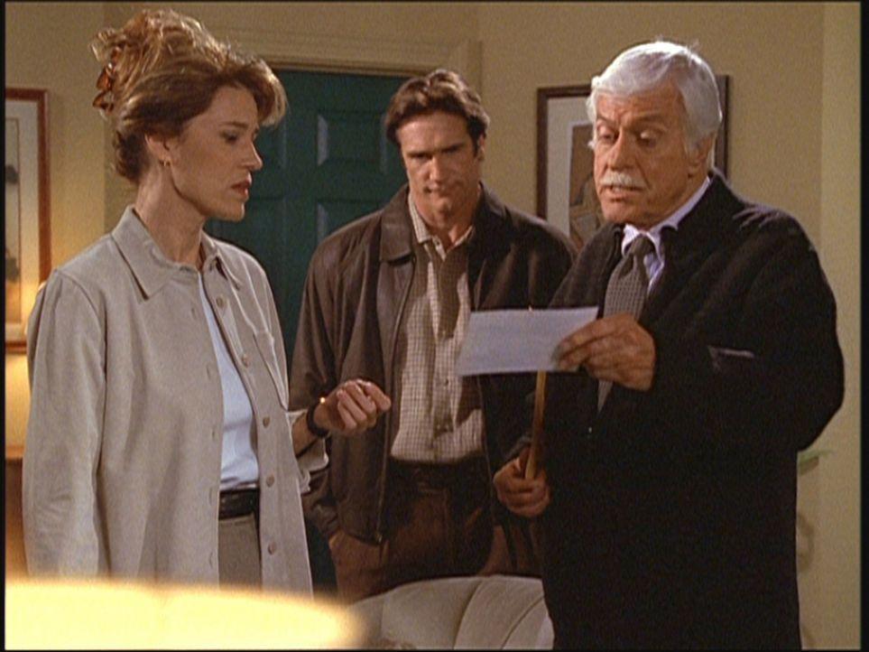 Mark (Dick Van Dyke, r.) und Steve (Barry Van Dyke, M.) präsentieren Caroline (l.) einen ungedeckten Scheck ihres verstorbenen Mannes. - Bildquelle: Viacom