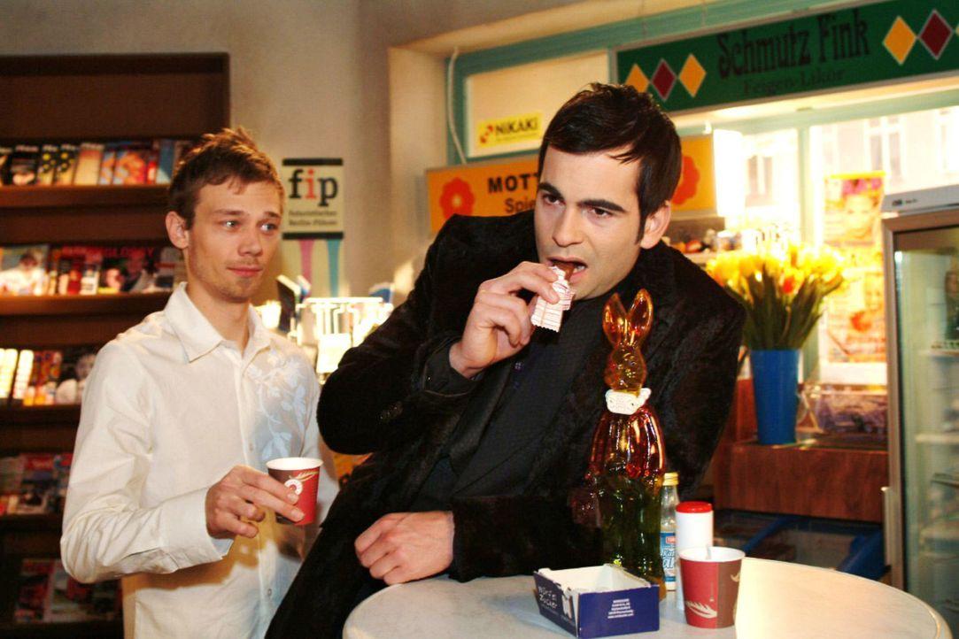 Jürgen (Oliver Bokern, l.) muss schmunzeln, als David (Mathis Künzler, r.) unbewusst in Lisas Rolle schlüpft und seinen Seelenkummer mit Schokolade... - Bildquelle: Noreen Flynn Sat.1