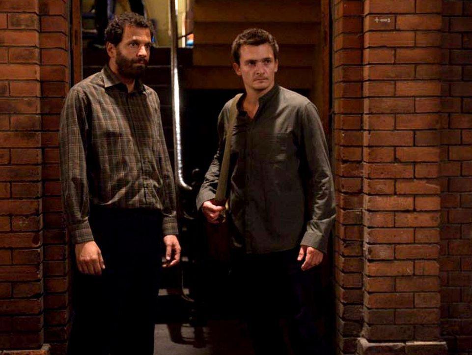 Während Hussein (Mehdi Nebbou, l.) Quinn (Rupert Friend, r.) helfen möchte, glaubt Hajik, dass er ein Spion ist. Eine gefährliche Situation für Quin... - Bildquelle: Stephan Rabold 2015 Showtime Networks, Inc., a CBS Company. All rights reserved.