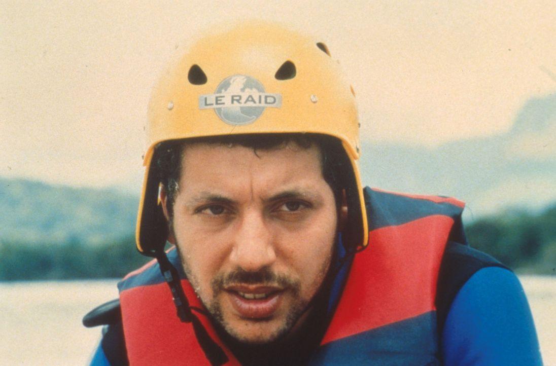 Zwischen Skifahren, Rafting und Fallschirmspringen wird aus dem Jäger Yaya (Atmen Kelif) schon bald ein Gejagter ...
