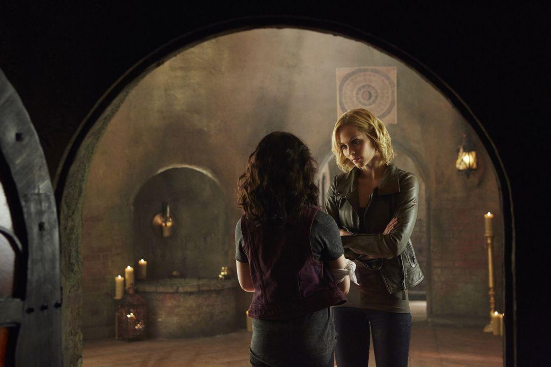 Gelingt es Elena (Laura Vandervoort, r.), Savannah (Kiara Glasco, l.) aus ihrer Trance und somit aus der Kontrolle von Aleister zu befreien? - Bildquelle: 2015 She-Wolf Season 2 Productions Inc.