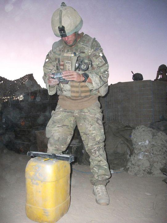 """Jeder Einsatz kann sie das Leben kosten! """"Bomb Squad"""" begleitet die Arbeit von Bombenentschärfungsteams in Afghanistan. Adam hat auf seiner Mission... - Bildquelle: Crown Copyright/MOD/Gaz, Electronic Warfare Specialist Brimstone 47"""