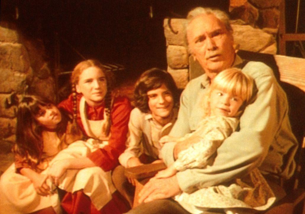 Großvater (Barry Sullivan, r.) unterhält Carry (Lindsay Sidney Greenbush, l.), Laura (Melissa Gilbert, 2.v.l.), Albert (Matthew Laborteaux, 3.v.l.... - Bildquelle: Worldvision