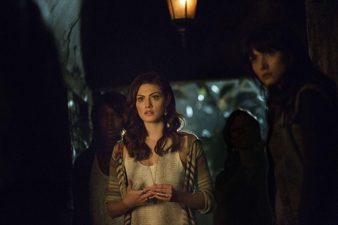 Hayley (Phoebe Tonkin) kommt einem dunklen Gehimnis auf die Spur. Dabei gerät sie selbst in Gefahr. Ob sie einen rettenden Ausweg finden wird? - Bildquelle: Warner Brothers