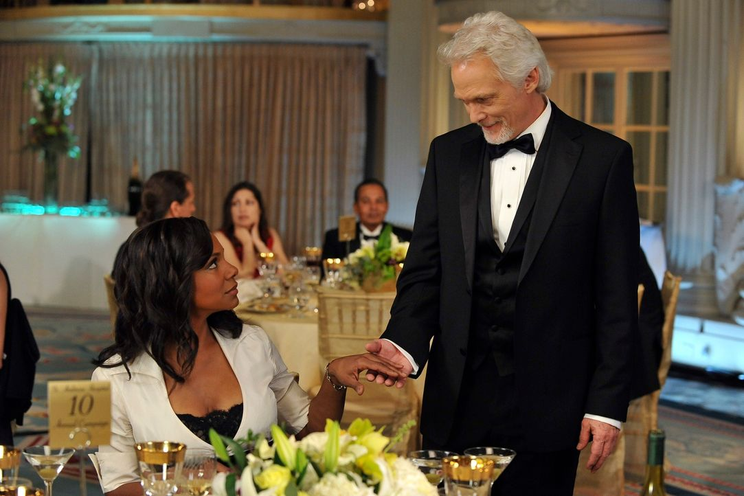 Auf dem Ball des St. Ambrose macht William White (James Morrison, r.) Naomi (Audra McDonald, l.) den Hof ... - Bildquelle: ABC Studios